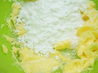 果酱饼干,加入细砂糖,继续打至黄油和细砂糖完全融合。