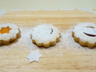 果酱饼干,过筛一层糖粉,取掉纸片,即可。