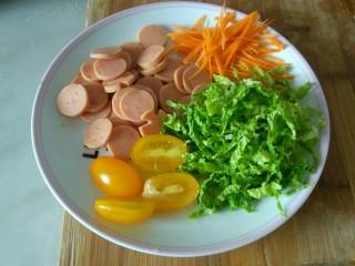 花样面条+火腿肠炒面,胡罗卜丝,白菜丝,火腿肠片放入盘里备用