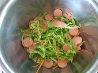 花样面条+火腿肠炒面,把火腿肠蔬菜放入锅里