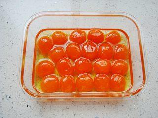 广式莲蓉蛋黄月饼,生咸蛋黄提前用油浸泡下,这样蛋黄不会有腥味。(如果是买的处理好的熟蛋黄可以忽略此步骤直接使用)
