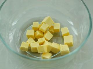 #曲奇菜谱秀#猫爪曲奇,黄油无需软化,切成小块放入容器中