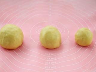 #曲奇菜谱秀#猫爪曲奇,揉成面团后分成三份,分别是120克、80克、55克