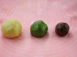 #曲奇菜谱秀#猫爪曲奇,将120克的原色面团加入分量外的低筋面粉揉匀,80克面团揉入抹茶粉、55克的面团揉入可可粉