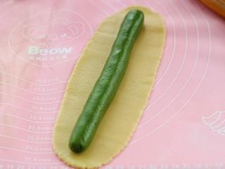 #曲奇菜谱秀#猫爪曲奇,把抹茶面团搓成和面片长度一样的圆柱形放到面片上