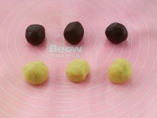 #曲奇菜谱秀#猫爪曲奇,将剩下的60克原色面团和可可面团各自分成均匀的三份