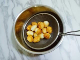 香辣虎皮鹌鹑蛋,将煎至表面金黄的鹌鹑蛋盛出备用