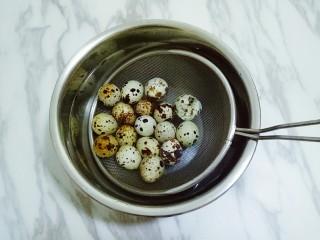 香辣虎皮鹌鹑蛋,煮好的蛋放入冰水中