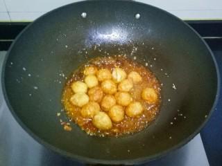 香辣虎皮鹌鹑蛋,水开后转小火煮10分钟左右,汤汁略稠,加入少许淀粉水,大火煮沸