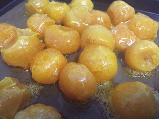 停不下来的小菜—蛋黄焗南瓜,烤好的蛋黄取出备用