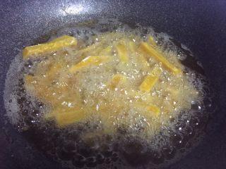 停不下来的小菜—蛋黄焗南瓜,热锅倒油,油热下南瓜炸熟