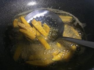 停不下来的小菜—蛋黄焗南瓜,炸制南瓜条定型,变硬捞出