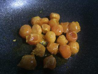 停不下来的小菜—蛋黄焗南瓜,锅内倒少许油,放入烤好的蛋黄