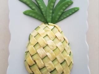 菠萝蛋包饭,用厨房剪刀剪去多余的部分。