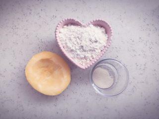 南瓜发糕 宝宝辅食,准备食材,90g南瓜,100g低筋面粉,2g酵母粉