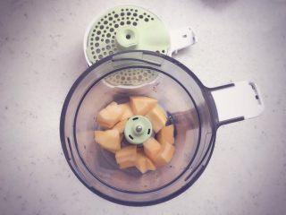 南瓜发糕 宝宝辅食,将南瓜去皮洗净后,切成小块,放入辅食机中蒸煮15分钟