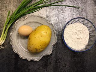 土豆丝鸡蛋饼,准备好所有食材