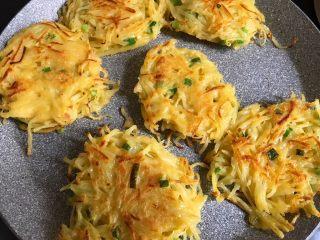 土豆丝鸡蛋饼,盖上锅盖,注意翻面,煎至两面金黄即可