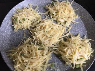 土豆丝鸡蛋饼,平底锅抹上少许油