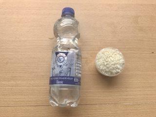 香甜米饭-如何蒸好一碗饭,一杯米,半瓶矿泉水准备好。蒸米饭要用矿泉水,古人更是追求山泉水蒸出来的醇香。