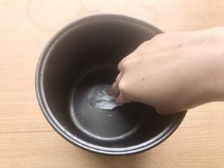 香甜米饭-如何蒸好一碗饭,用厨房用纸沾几滴香油,轻轻刷在电饭煲内胆里。最好的蒸米饭应该是在砂锅内,但很遗憾自己现在没有。