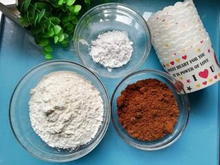 红糖发糕,食材准备:面粉200克、泡打粉4克、红糖80克、开水160克