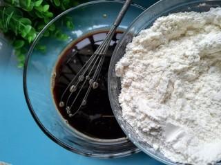 红糖发糕,再将面粉倒入红糖水里