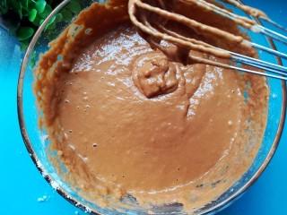红糖发糕,搅拌至粘稠的状态,用打蛋器打Z字型会更加细腻