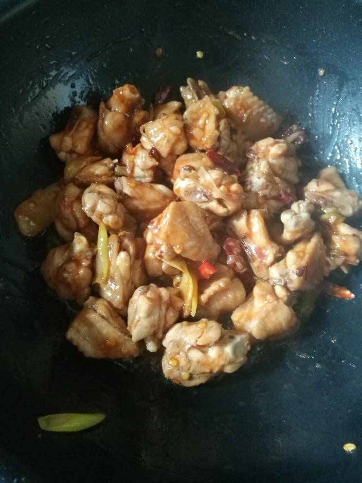 炖鸡翅,放入少许番茄酱。翻炒3分。