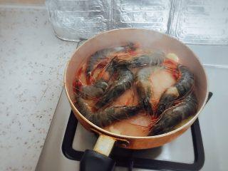 《中餐厅》之茄汁大虾,姜片爆香后,中小火将腌制好的大虾倒入锅内