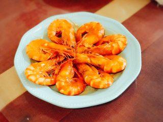 《中餐厅》之茄汁大虾,盛盘,用筷子将虾一个个夹出摆好