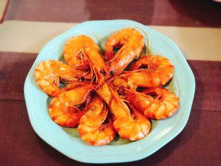 《中餐厅》之茄汁大虾,将锅内剩下的番茄酱汁淋到大虾上,完成