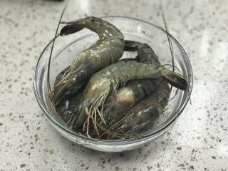 《中餐厅》之茄汁大虾,虾洗干净,并用牙签从背部将虾线挑出。并倒入料酒,盐进行腌制15分钟