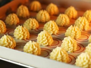 #曲奇菜谱秀#原味黄油曲奇,烤箱提前上火180度、下火160度预热,将烤盘放入中层烤约15-20分钟