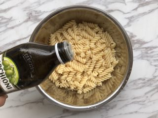 自制意大利面,煮熟后捞出加少许橄榄油拌匀,这步主要是防止面粘在一起