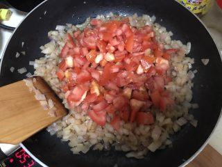 自制意大利面,洋葱炒软后加入蕃茄丁继续翻炒