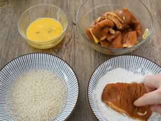 在家轻松炸猪排,色泽金黄有食欲!,将腌制好的肉排,先拍一层淀粉