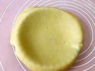 西梅乳酪派——每一口都让芝士控无比满足,擀好的派皮放入派盘里