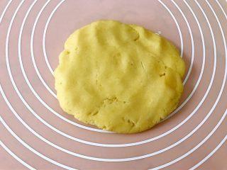 西梅乳酪派——每一口都让芝士控无比满足,静置好的派皮擀成比派盘大一圈的面片,尽量擀的厚薄均匀。如果很粘可以洒少许干粉再擀