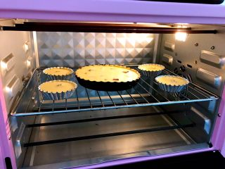 西梅乳酪派——每一口都让芝士控无比满足,放入预热好的烤箱中层,190度烤10分钟,再转170度烤20分钟