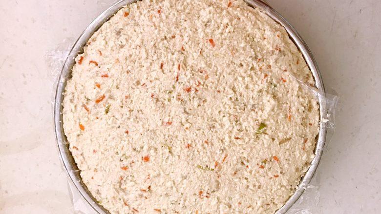 什锦肉末豆腐蒸糕,把拌好的豆腐铺在盘子里