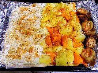 烤羊腿,将准备好的时蔬放入烤盘中刷上油均匀的撒上烧烤料备用