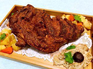烤羊腿,香浓味美的烤羊腿和时蔬摆入盘中在撒上一些烧烤料就可以美美的享受了