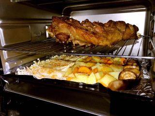 烤羊腿,羊腿烤至熟时取出涂上一层油再撒上烧烤料放入烤箱把时蔬烤盘同时也放入烤箱上下火18度烤5分钟即可出炉享用