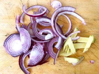 烤羊腿,圆葱和姜洗净切好备用
