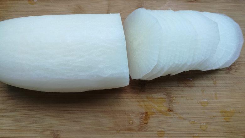 糖醋白萝卜,白萝卜洗净去皮切成片。