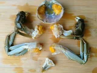香辣大闸蟹,大闸蟹用刷子刷干净,开盖,去蟹腮和黑色部分,切块。