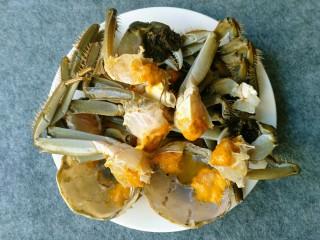 香辣大闸蟹,全部处理好后用白酒或料酒腌制一会。