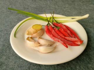 香辣大闸蟹,准备葱2根,姜1块,蒜4个,小米椒6个