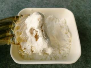 香辣大闸蟹,准备淀粉适量,把蟹的切口处粘上淀粉,防止炸的时候蟹黄流出。
